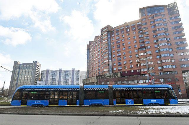Теперь на пл. Тверская Застава нас довезёт новый трамвай «Витязь-М» - со спутниковой навигацией, видео- и климат-контролем.