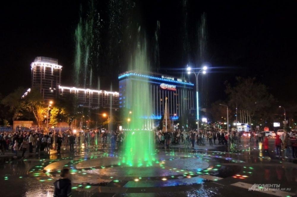 При такой подсветке фонтан на Театральной площади становится похожим на северное сияние.