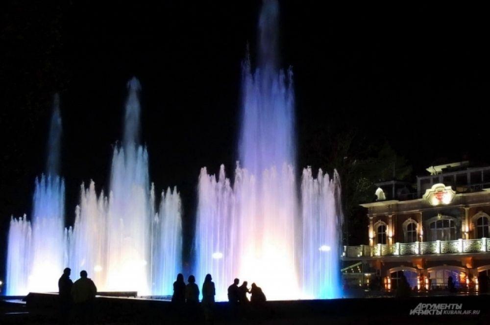 Как и его «собрат» на Театральной площади Краснодара, он выпускает струи воды под музыку.
