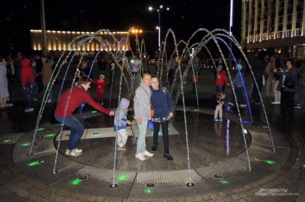 Многие устраивали фотосессии на фоне фонтанов.
