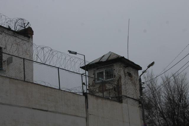 Один заключенный попытался убить другого из-за взглядов на жизнь.