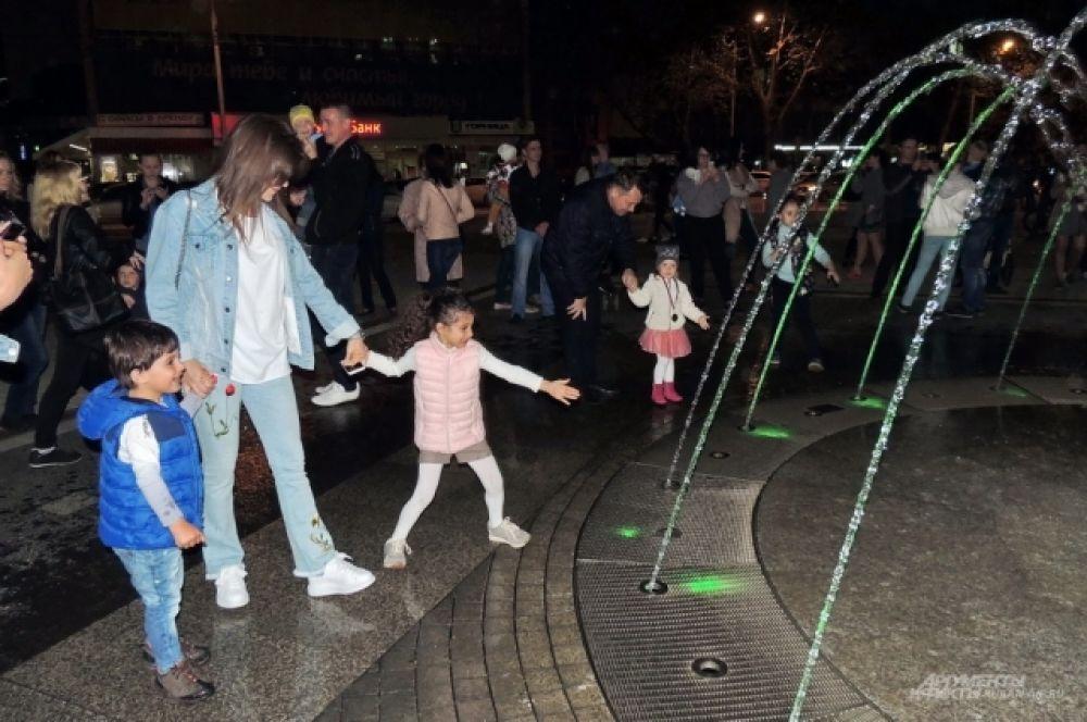 Многие взяли с собой детей, которые были в восторге от зрелища.