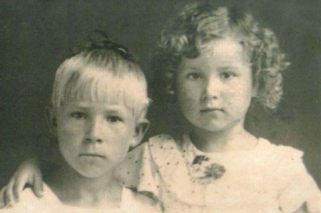 Светлана Беликова с сестрой перед окончанием войны.