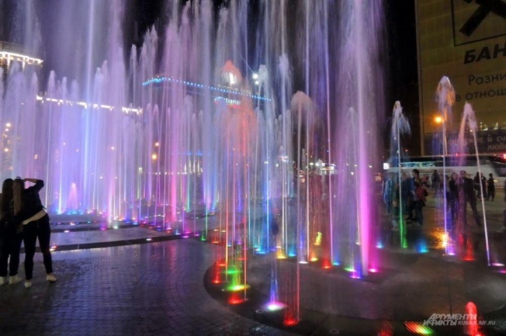 Благодаря подсветке, струи воды окрашиваются в разные цвета.