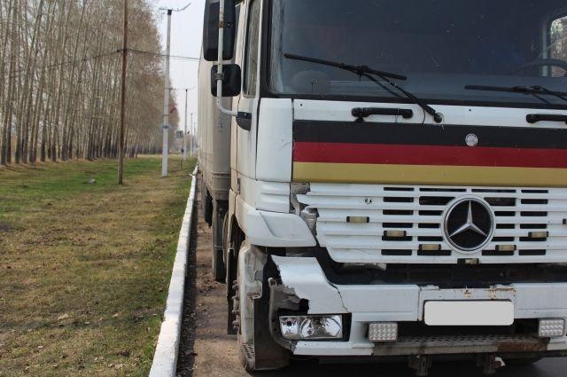 В Кузбассе водитель ночью сбил пешехода на трассе.