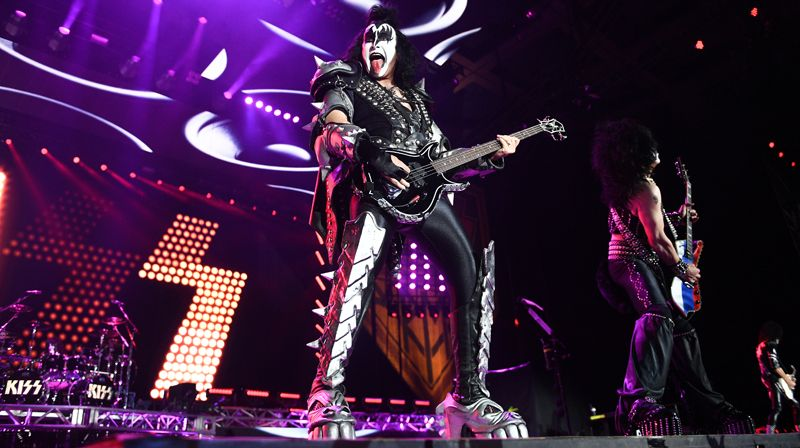 Музыкант группы Kiss Джин Симмонс выступает на концерте в СК «Олимпийский» в Москве.