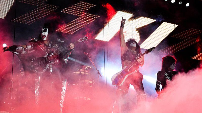 Музыканты группы Kiss выступают на концерте в СК «Олимпийский» в Москве.