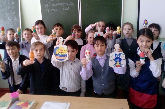 Во время весенних каникул ученики Тюбукской школы ходили на мастер-классы, чтобы сделать пасхальные сувениры для продажи.