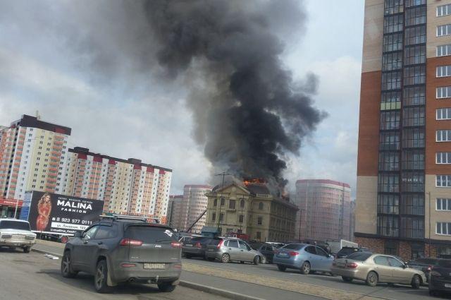 Недостроенный дом зажегся наулице Караульной вКрасноярске