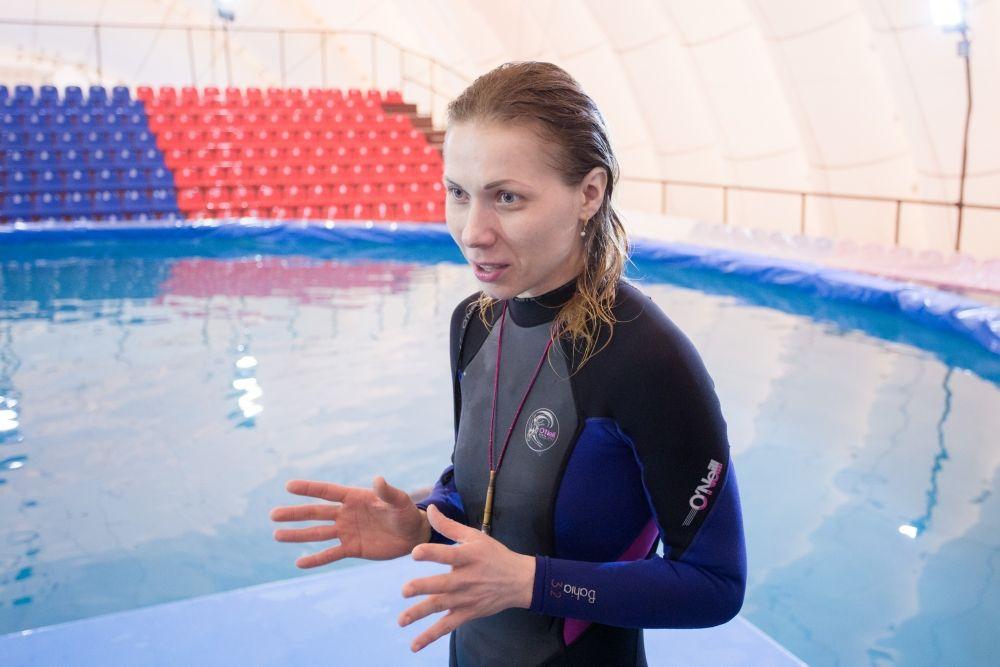 Дарья Звягинцева хотела стать милиционером, а стала тренером дельфинов.