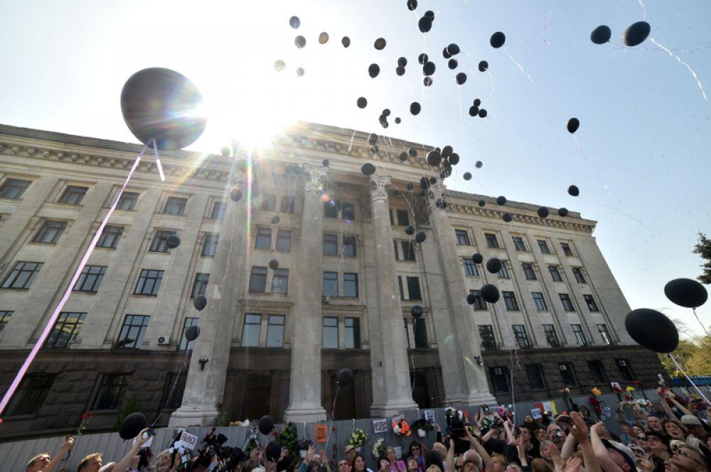 Участники во время акции в память о погибших при пожаре в Доме профсоюзов на площади Куликово поле в Одессе.
