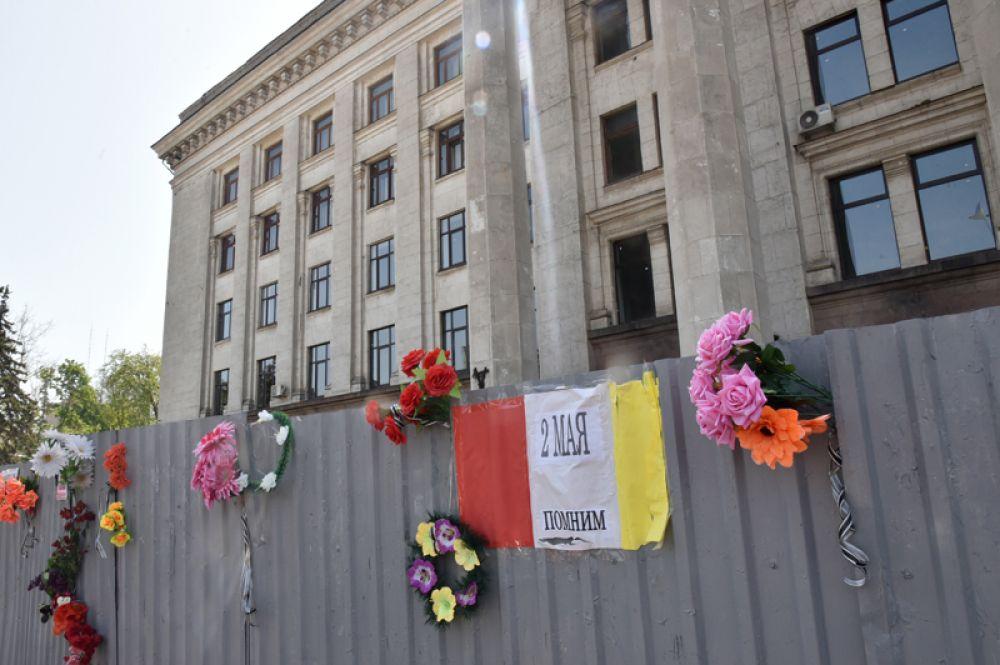 Цветы в память о погибших при пожаре в Доме профсоюзов на площади Куликово поле в Одессе.