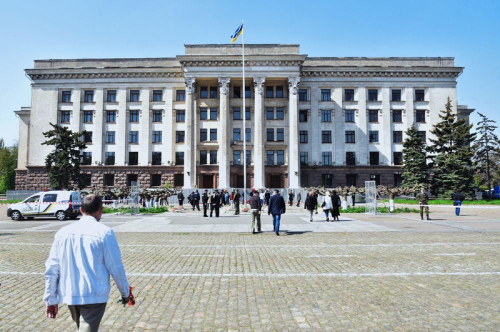 Участники во время акции в память о погибших при пожаре в Доме профсоюзов в Одессе.