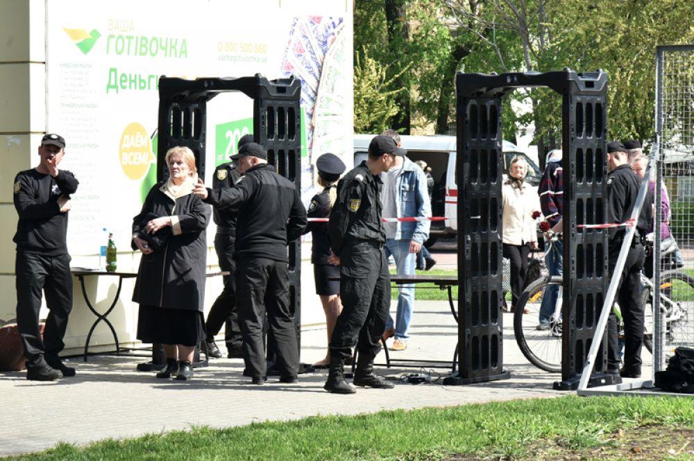 Сотрудники полиции во время акции в память о погибших при пожаре в Доме профсоюзов на площади Куликово поле в Одессе.