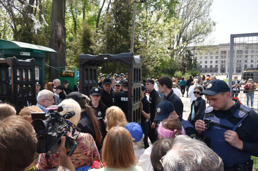 Участники и сотрудники полиции во время акции в память о погибших при пожаре в Доме профсоюзов на площади Куликово поле в Одессе.