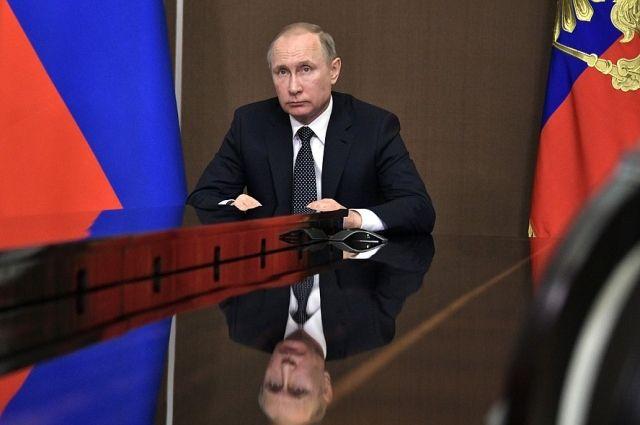 Владимир Путина во время видеоконференции с главами Иркутской области и Бурятии.