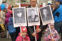 Иван, Кира и Нина Погодины каждый год встают в строй «Бессмертного полка» вместе со своими дедами и прадедами.