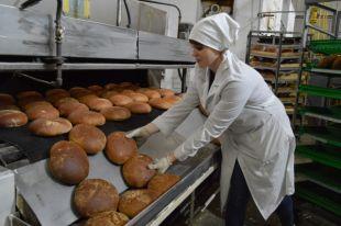 Чтобы у хлеба было побольше вкусной корочки, его пекут не в форме, а на поду.