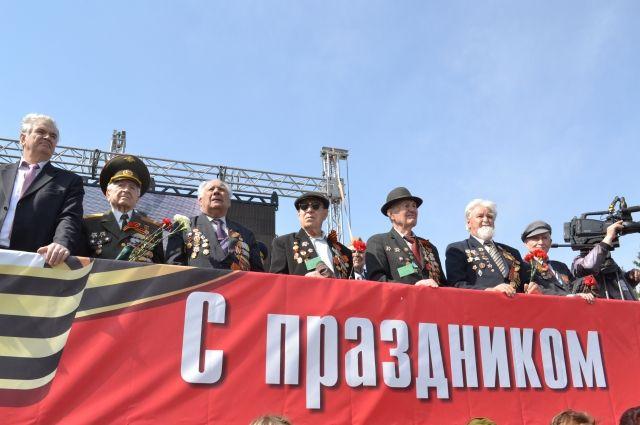 На трибуне Парада Победы почётные гости.