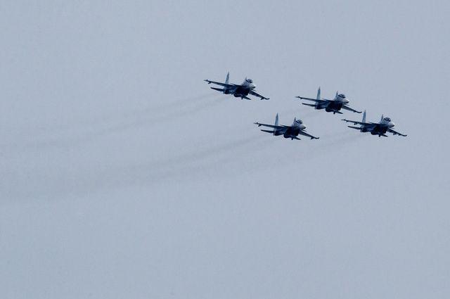 Полёт боевых самолётов вызвал большой интерес у жителей.