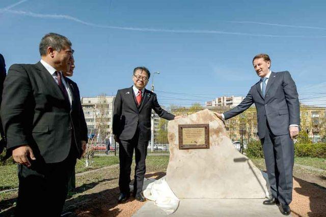 После презентации проекта «умного дома» Хиросигэ Сэко и Алексей Гордеев заложили памятный камень.