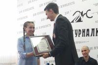 Главный редактор Книги рекордов России Станислав Коненко поздравляет Ольгу.