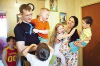 Приёмные родители нередко становятся для детей по-настоящему близкими людьми.