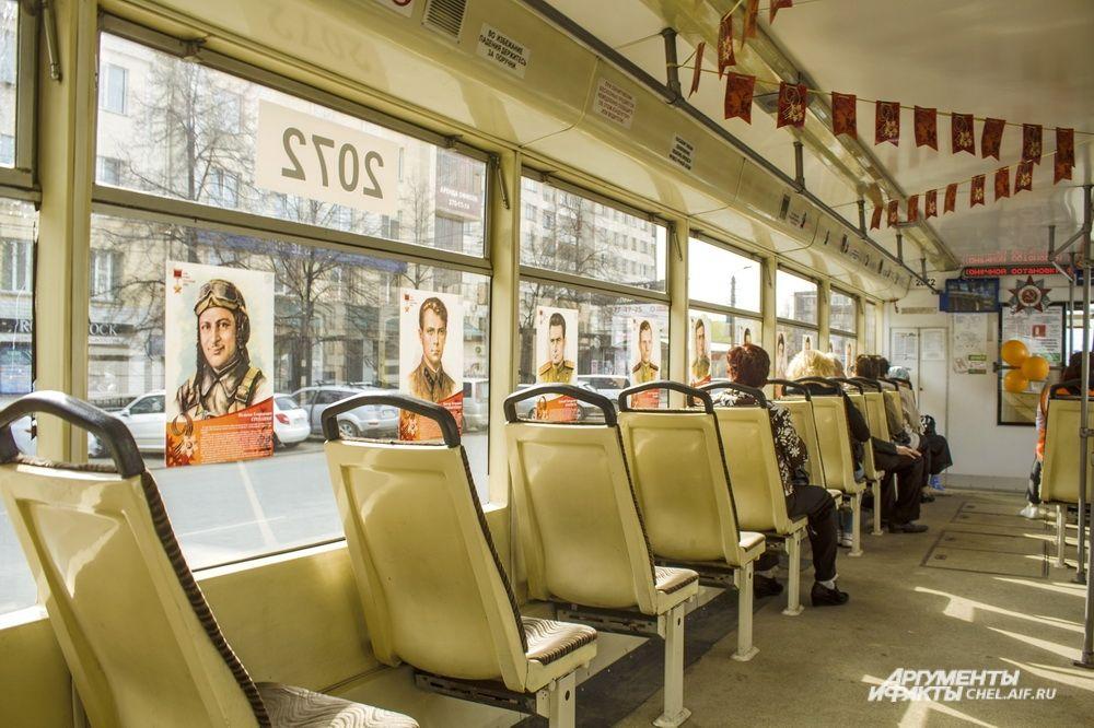 На окнах разместились портреты героев войны с краткими биографиями.