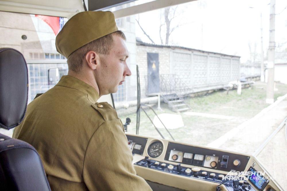 Водитель садится за управление в форме периода Великой Отечественной войны.