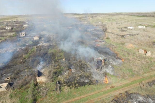 В Оренбургском районе загорелись заброшенные дачи