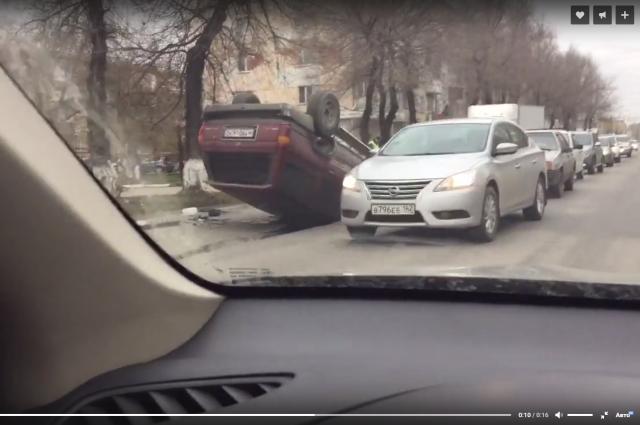 В Кемерове перевернулась Toyota Hilux Surf.
