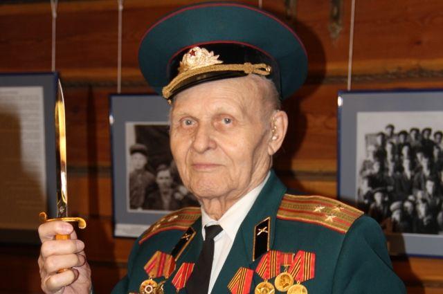Анатолий Павлович с гордостью демонстрирует свои военные трофеи.