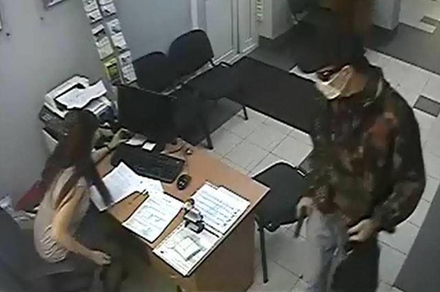 отрудники банка не растерлись и успели нажать тревожную кнопку.