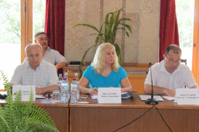 В центре фото начальник департамента имущественных и земельных отношений администрации Ялты Лилия Молостова.