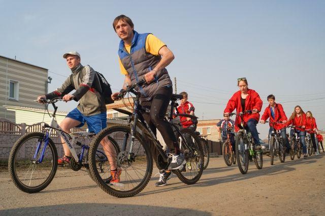 20 волонтёров поддержали акцию велопробегом.