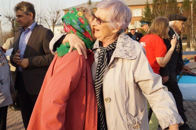 При встрече жительницы блокадного Ленинграда не в силах сдержать слез.
