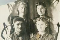 Валентина - справа снизу. Снимок сделан 9 мая 1945 года.