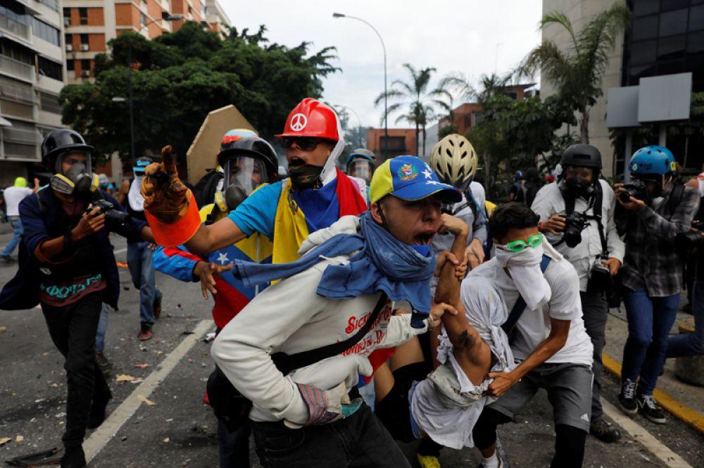 Пострадавший в результате столкновения с ОМОН во время митинга против президента Николаса Мадуро в Каракасе.