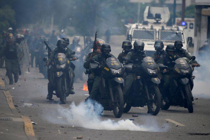 Бойцы ОМОН во время протестов против президента Николаса Мадуро в Каракасе.