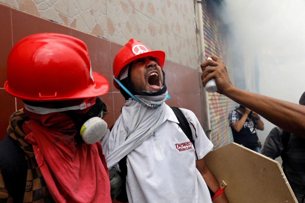 Столкновения между протестующими и полицией длятся уже около месяца.