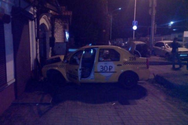 Вцентре Ставрополя молодой парень наиномарке врезался вдом