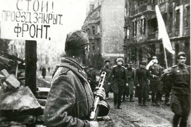 Немецкие парламентёры идут на переговоры о сдаче города. 6 мая 1945 года.