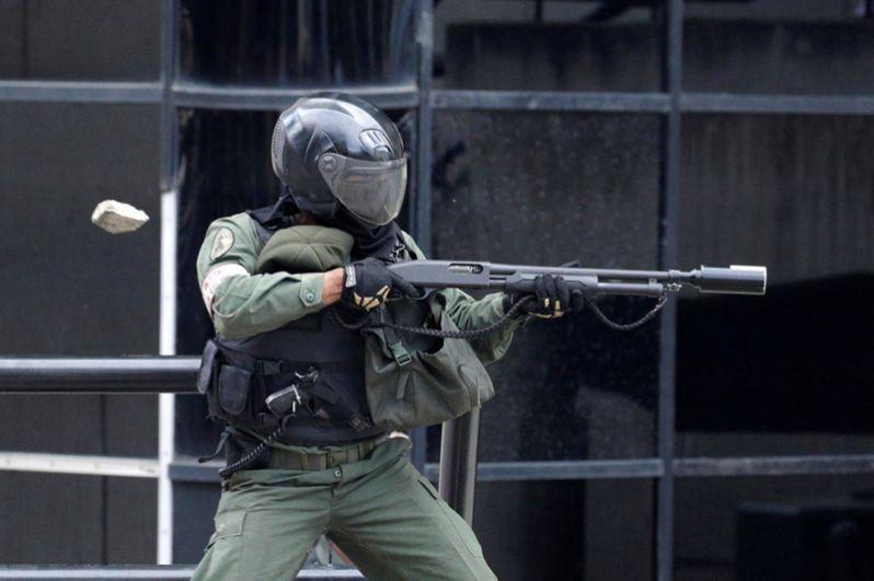 Сотрудники полиции применяют к митингующим слезоточивый газ.