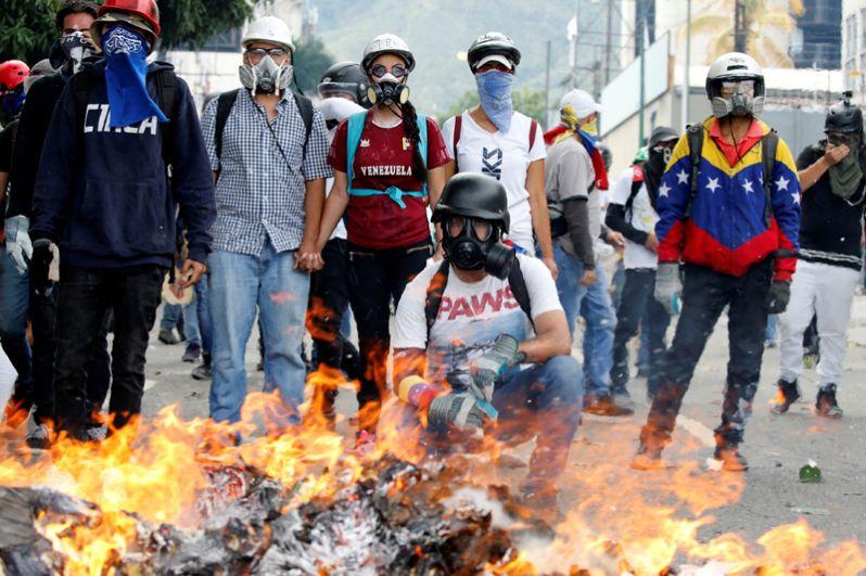 Сторонники оппозиции во время митинга против президента Николаса Мадуро в Каракасе.