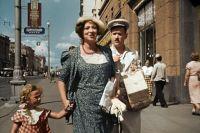 В «Подкидыше» мы видим просторный проспект — улица Горького расширилась, распрямилась и стала показательной магистралью, главной улицей советской столицы.