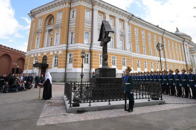 патриарх кирилл освятил памятник князю сергею александровичу кремле