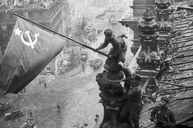 Егоров и Кантария водружают Знамя Победы на Рейхстаг.