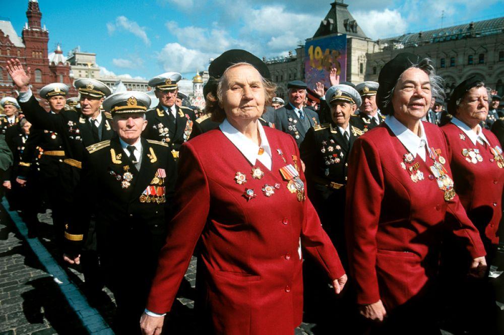 9 мая 2000 года. Ветераны Великой Отечественной войны проходят в парадном строю по Красной площади в День Победы.