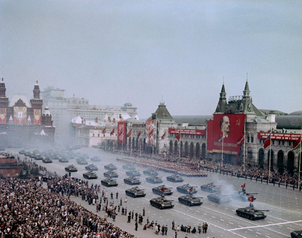9 мая 1965 года. Военный парад на Красной площади, посвящённый 20-летию Победы над фашистской Германией в Великой Отечественной войне 1941-1945 годов.