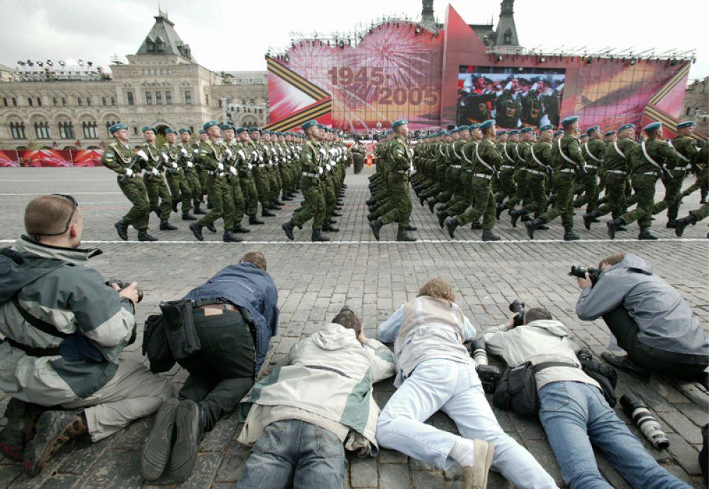 9 мая 2005 года. Фотокорреспонденты во время парада на Красной площади в честь 60-летия Победы в Великой Отечественной войне.